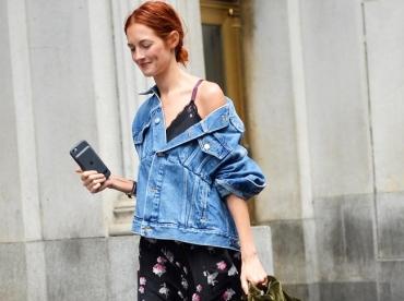 Manches retrouss�es + col bascul� vers l'arri�re : le nouveau dress code du blouson en jean