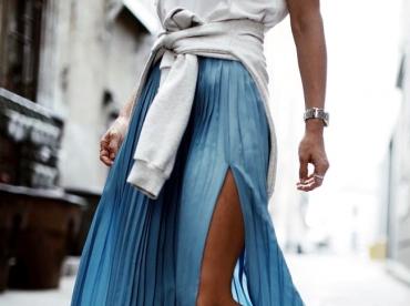 Les longues jupes pliss�es gagnent d�finitivement � se voir fendues !