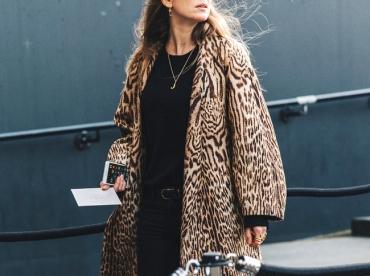 Total look noir + ample manteau l�opard = le bon mix