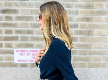 Ample jupe taille haute imprim�e + large ceinture en cuir + pull bleu marine = le bon mix
