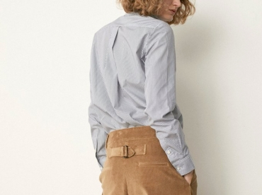 Avec sa d�gaine masculine, son velours sable et son amplitude g�n�reuse, ce pantalon a tout bon !