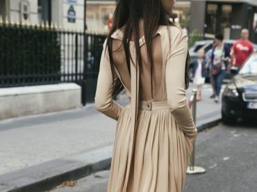 Oui aux bottes dor�es pour twister une robe longue nude !