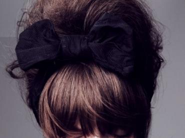 Rien de tel qu'une coiffure girly chic pour booster un look classique !