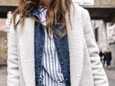 Manteau blanc + veste en jean brut + chemise ray�e = le bon mix