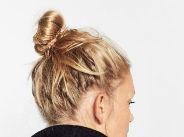 Col de caban relev� + chignon haut sur cheveux blonds = le bon mix