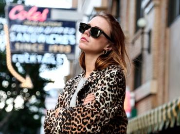 Lunettes noires + tee-shirt loose + manteau l�opard = le bon mix