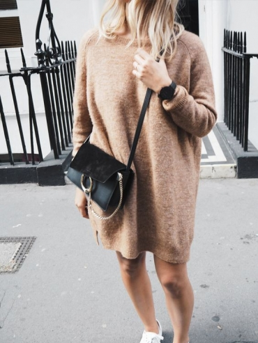 Robe pull camel + baskets blanches + sac noir = le bon mix