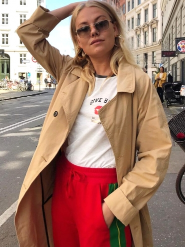 Oui au trio wes-andersonien trench/tee-shirt blanc/jogging rouge !