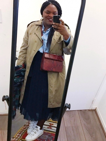 Trench + jupe plissée mi-longue + baskets = le bon mix