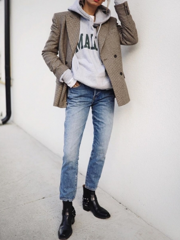 Oui au mix blazer en tweed/sweat à capuche/boots plates !