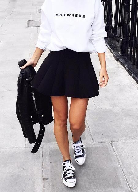 Sweat blanc + jupe patineuse noire + Converse