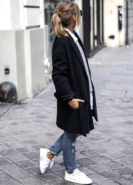 Manteau noir + jean bleu + baskets Reebok