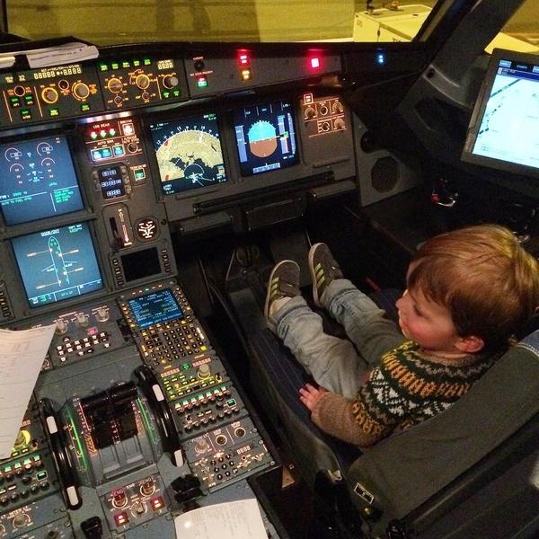 Charles dans la cabine de pilotage