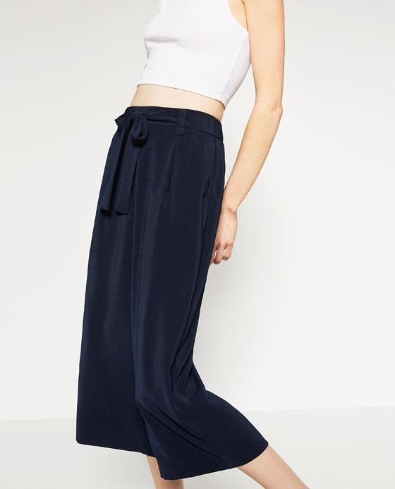 Pantalon fluide bleu marine comment le porter - Que porter avec un pantalon bleu marine ...