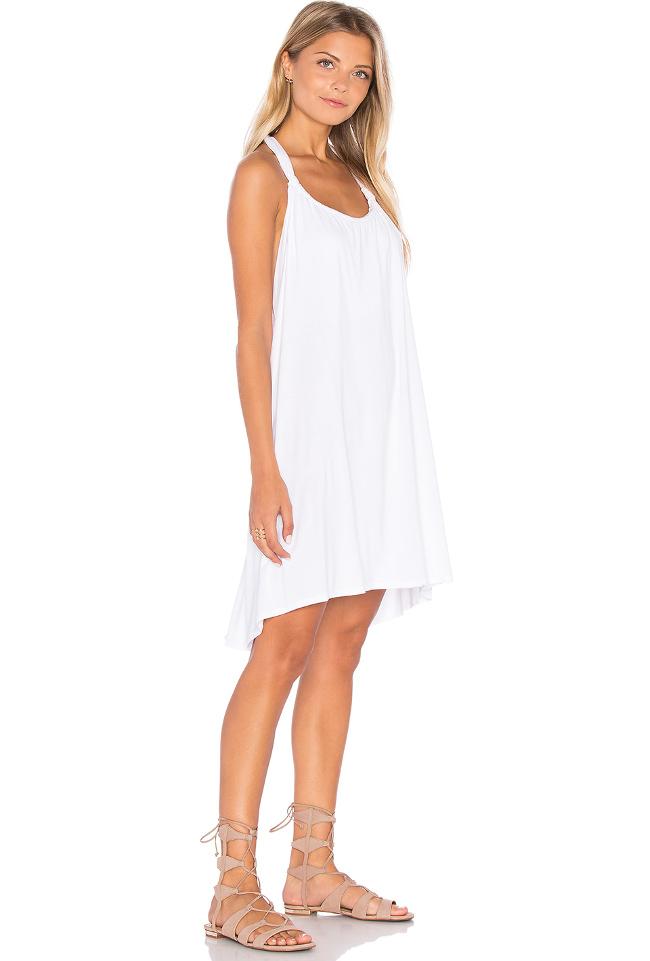 Comment porter une robe blanche en soiree la mode des for Quoi porter sur une robe maxi pour un mariage