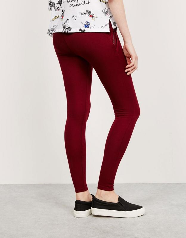 pantalon bordeaux comment le porter tendances de mode. Black Bedroom Furniture Sets. Home Design Ideas