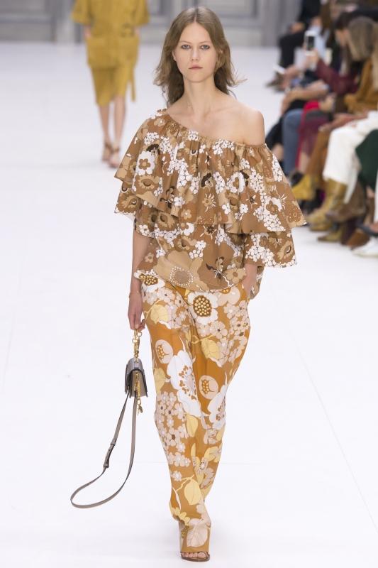 Une robe densément fleurie