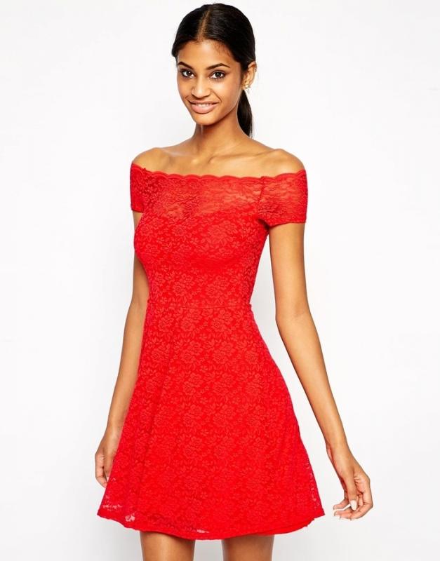 Robe rouge avec des collants