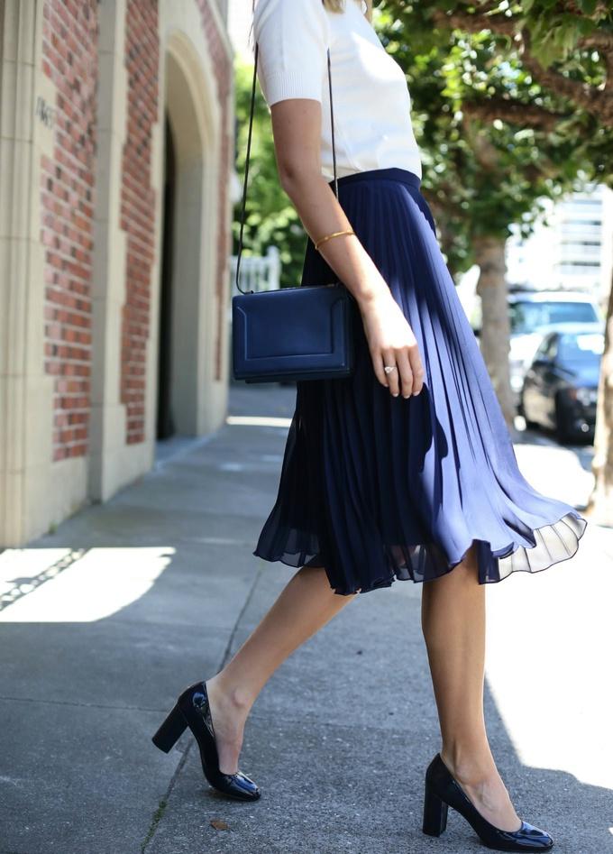 da2567c538 Je possède cette jupe plissée bleu marine, mais je ne sais pas comment la  porter.