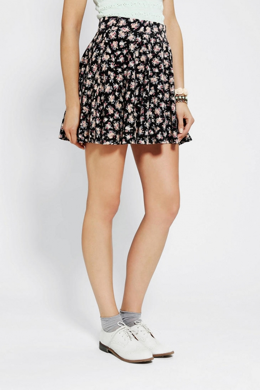 quelles chaussures porter avec une jupe fleurie tendances de mode. Black Bedroom Furniture Sets. Home Design Ideas