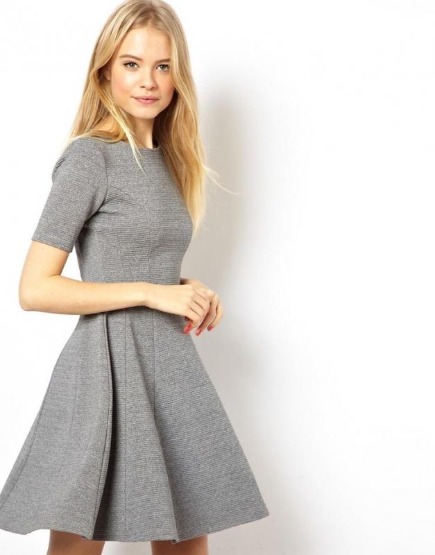 Quelle couleur de chaussures avec une robe grise